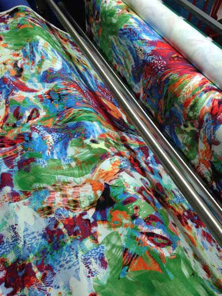 Commercio-stoffa-seta-artificiale-per-abiti
